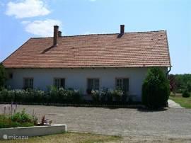 De zijkant en terras van woning Arpad.