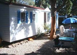 Beautiful well-maintained mobile home (from 2005) with 3 bedrooms and air-conditioning, located on beautiful shaded site, with old pine trees just 10 minutes walk from the Mediterranean Sea. The campsite has a beautiful swimming pool with children. Still available in high season!