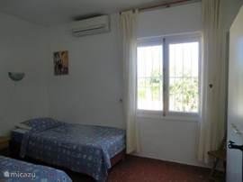 slaapkamer met 2 eenpersoonsbedden. met de mogelijkheid om de bedden aan elkaar te schuiven om een 2 persoonsbed te creeren