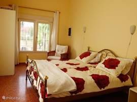 ruime slaap - zitkamer met 2 persoonsbed met zicht naar de voorzijde