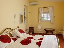 ruime slaap - zitkamer met 2 persoonsbed met zicht naar de achterkant