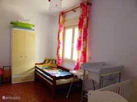 kinder slaapkamer met 1 kinderbed en een babybed