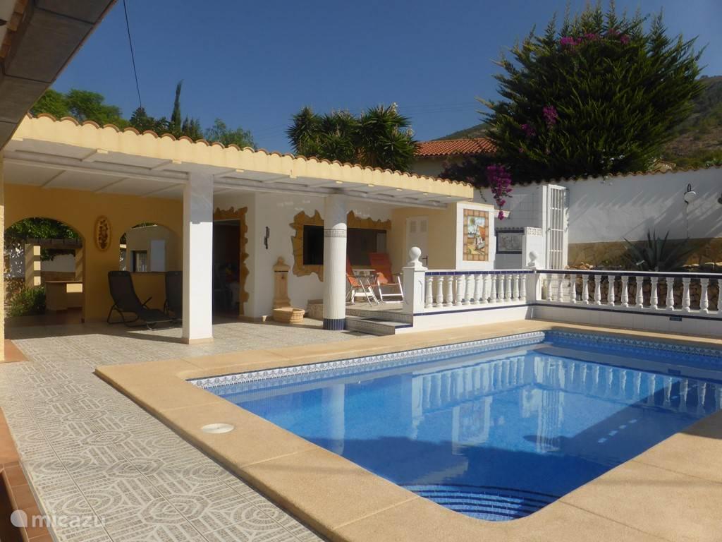 buitenkeuken met overdekt terras zwembad en buitendouche
