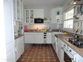 nieuwe lichte keuken, volledig ingericht met aansluitende bijkeuken
