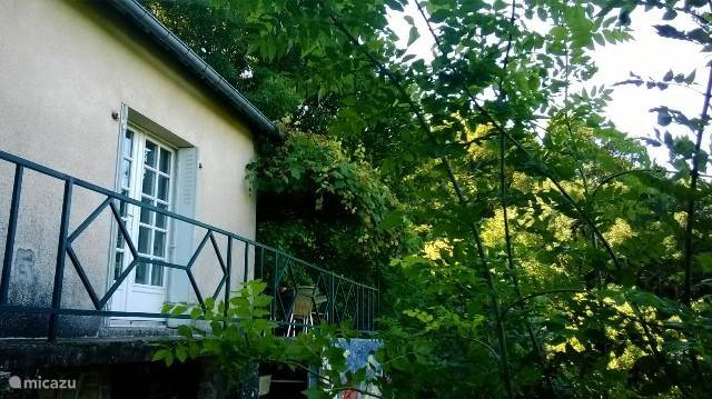 An inspiring cottage in a picturesque setting? In the heart of the Alpes Mancelles will find Saint Ceneri with a picturesque church and chapel, the Sarthe River that runs through the village and workshops with exhibitions by local artist