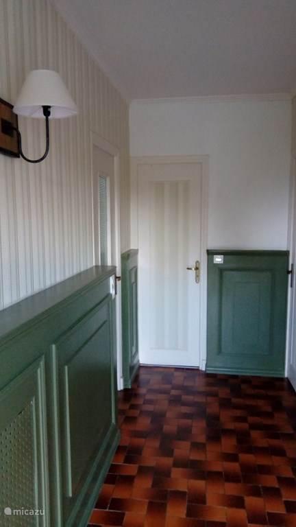 De entrée - Welkom in Gîte Prat Coat  Deur naar links is de woonkamer Deur naar rechts is de keuken Deur waar je naar kijkt is toilet/douche Deur (niet zichtbaar) voor rechts is trap naar étage