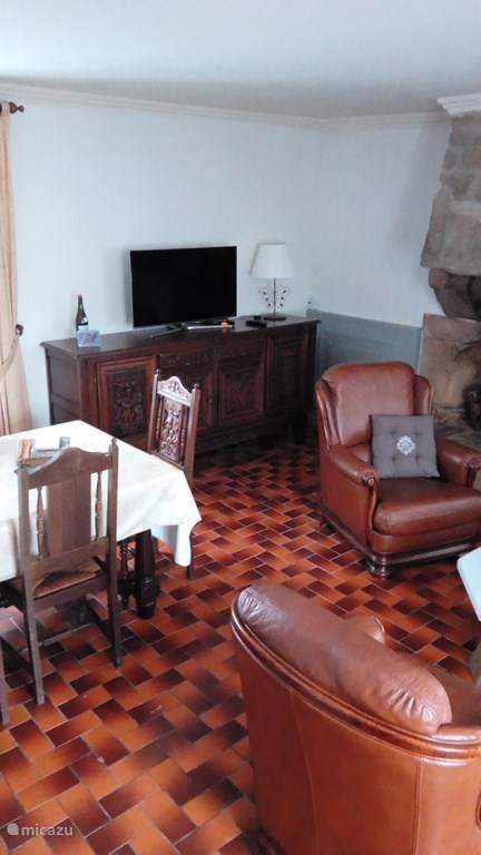 De woonkamer met smart TV ( Franse zenders)  waarop u uw netflix abonnement ook op kan bekijken.
