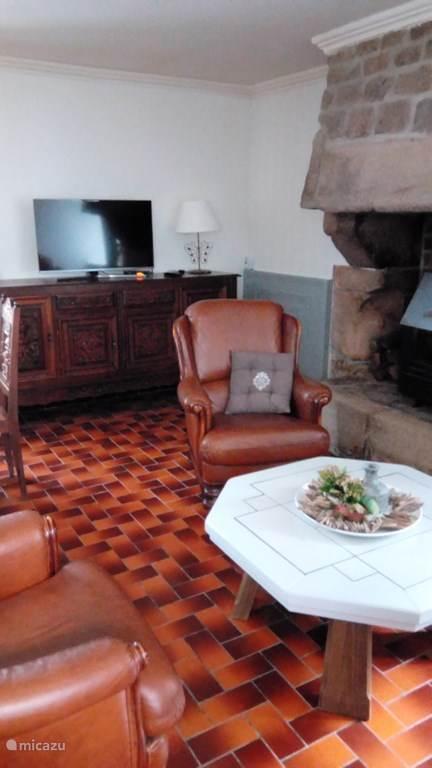 In de woonkamer lekker genieten van de houtkachel of lekker luieren voor de TV