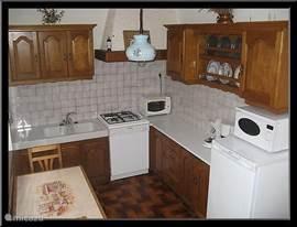 Keuken, van alle gemakken voorzien.