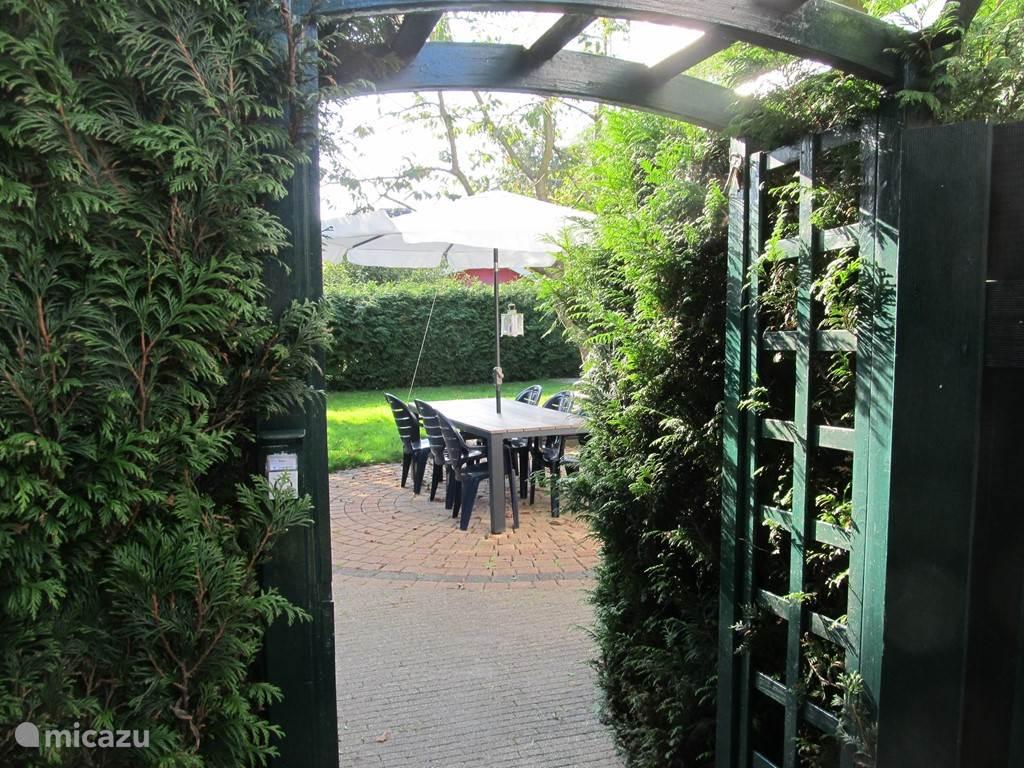 Ingang via het terras naar OnsHuis. Met de deurbel op naam.