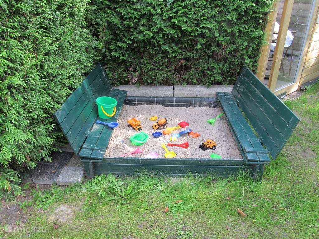 Prive zandbak met speelgoed, eigen speelgoed is dus ook welkom.