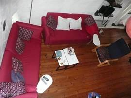 De woonkamer vanuit de vide gefotografeerd