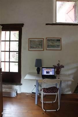 Studiehoekje in de woonkamer met prachtige lichtinval.