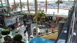 Openlucht  winkelcentrum aan de overkant van uw vakantie verblijf.