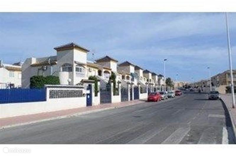 Rent a terraced house residencial centro pueblo in for Iceland torrevieja