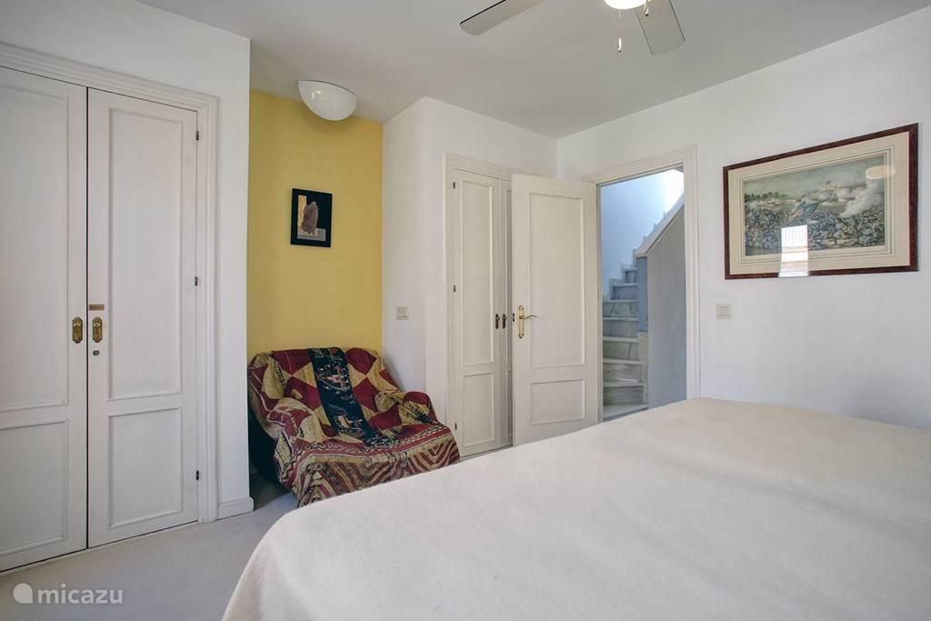 Slaapkamer boven met op de achtergrond trap naar dakterras