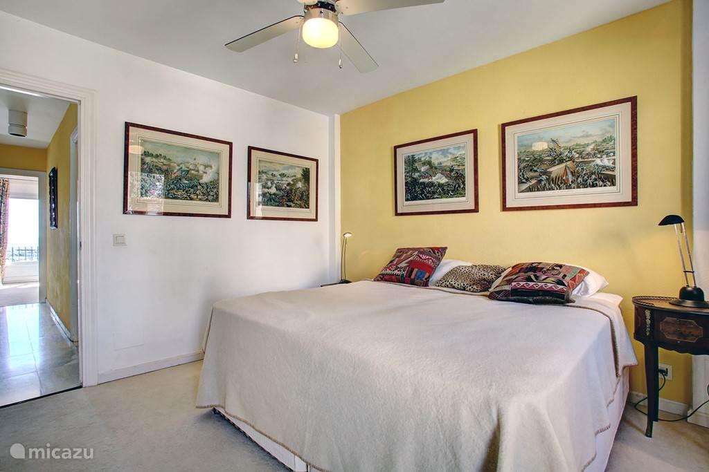 Slaapkamer boven met links hal naar de andere slaapkamer boven