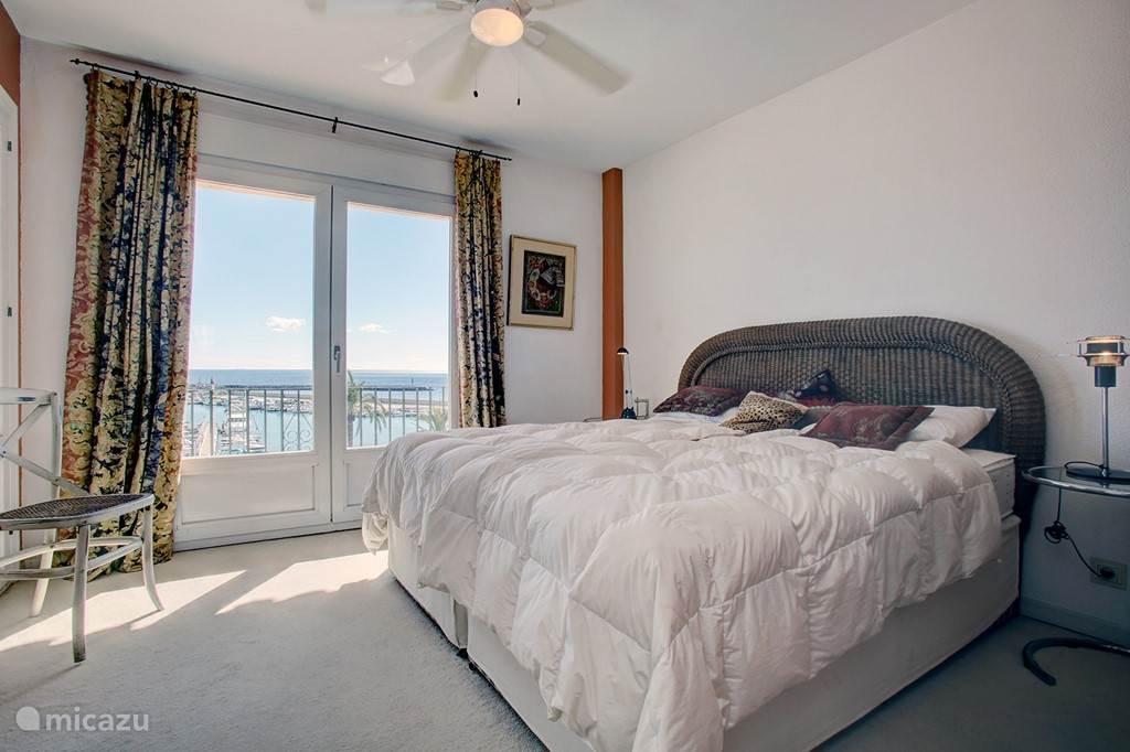 Slaapkamer boven met prachtig uitzicht over haven en zee