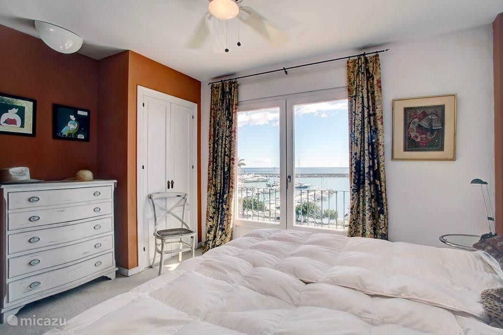 slaapkamer boven met uitzicht over zee en haven
