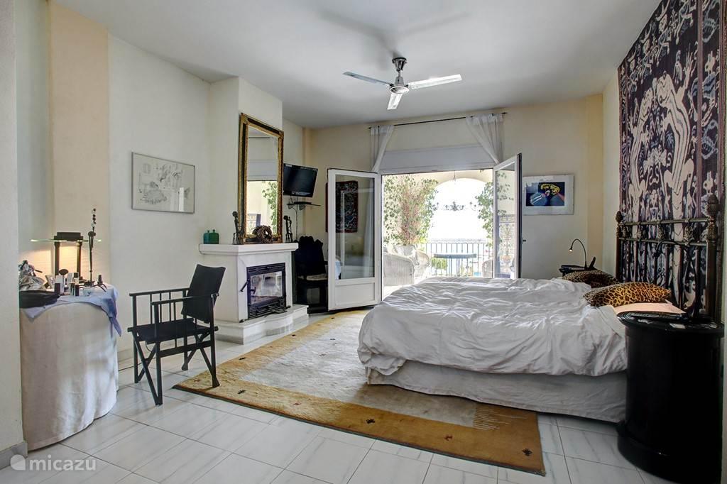 Enorme slaapkamer beneden met overdekt terras beneden