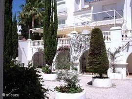 binnenplaats voor het huis met sinaasappelbomen en fontein