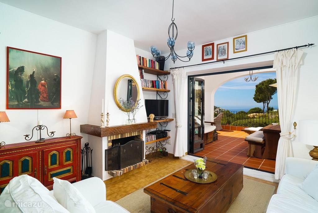 Gezellige in 'Spaanse stijl' ingerichte woonkamer.