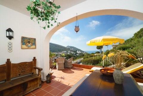 Zeer luxe split-level vakantie woning met groot zwembad en prachtig zeezicht in Moraira:  10-17 juni as. (1 week) van € 550,- voor  € 475,-!