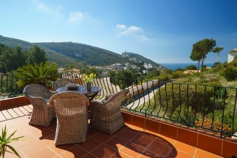 Zeer luxe split-level vakantie woning met groot zwembad en prachtig zeezicht in Moraira:  24 juni - 8 juli as. (2 weken) van € 1.100,- voor € 900,-!