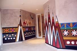 De fraai beschilderde entree van het appartementencomplex.