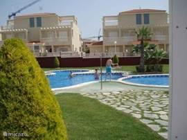 Aan de Costa Blanca verhuren wij ons vakantiehuis. Het huis met airco in de woonruimte heeft twee sl.kamers en een bedbank boven met douche/toilet. Nederlandse t.v. zenders. In mooi park met zwembaden  tennisbanen en kinderspeelplaats.Bovenwoning van 2 verd.,ruime terrassen en zonneschermen.