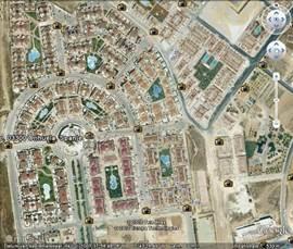 Vanuit de lucht gezien heeft het park Zeniamar een hoefijzer vorm. Een grote Carrefour supermarkt is ongeveer tien minuten lopen van Casa Bella.