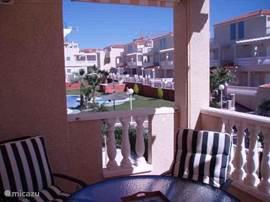 Zicht op het zwembad vanaf het beneden terras. Hier kunt u heerlijk  genieten van uw lekkere Spaanse wijn met verrukkelijke tapas.