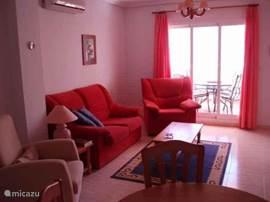 De gezellige woonkamer met schuifpui naar het terras.