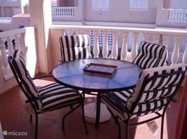 Het terras bij de woonkamer is voorzien van zonneluifels aan de beide zijkanten en de bovenkant.