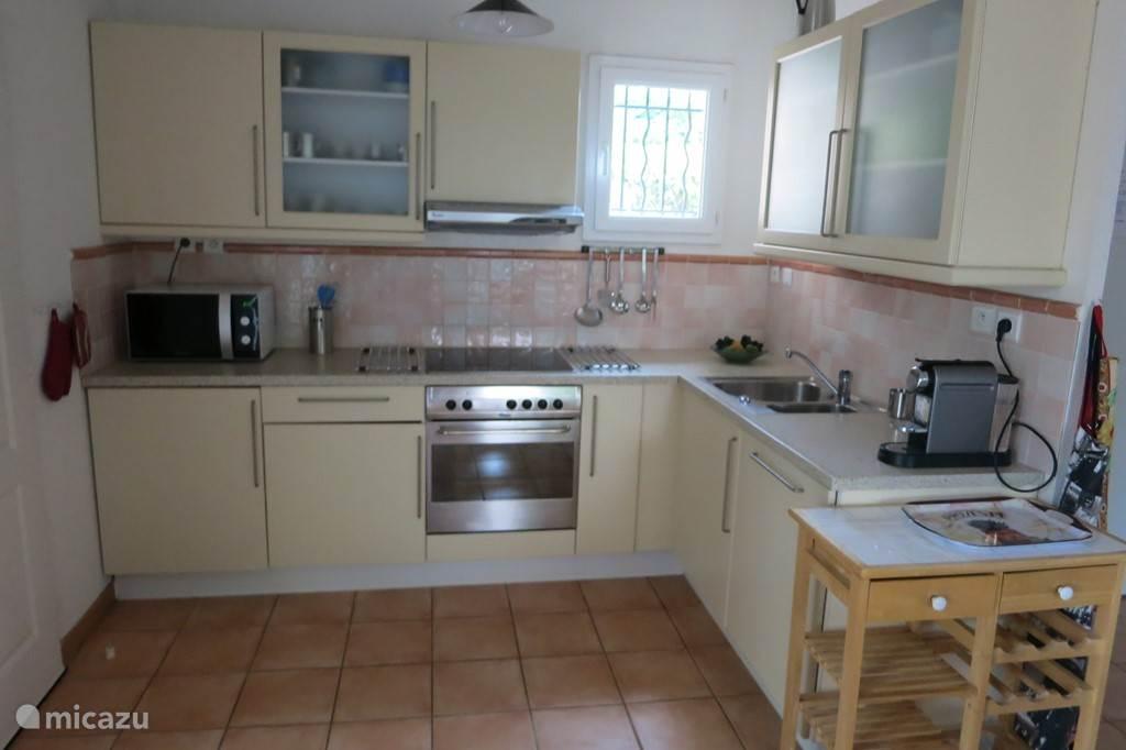 Keuken met o.a. magnetron en afwasmachine