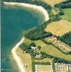 De rode pijl geeft de ligging aan van De Spil 18 op minder dan 50m van het strand van recreatieplas 't Hilgelo.