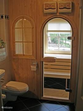 Badkamer 1e etage met wastafel, 2e toilet, douche EN sauna.