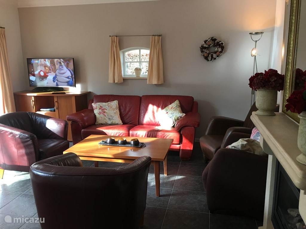 Living woonkamer met LED SAT TV Bleurayspeler en een heerlijk zitcomfort.