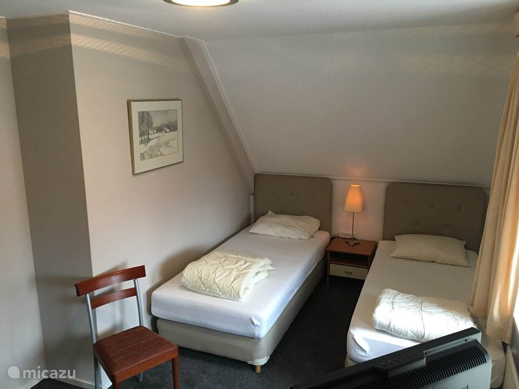 Slaapkamer 1 boven met bokspringbedden, vaste kastenwand en LED SAT TV incl. DVD.
