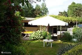 Op vakantiepark de Beekse Bergen gelegen Stacaravan te huur.Gelegen in een prachtige beschutte tuin. Slaapkamer,Toilet,Keuken,KTV,Dvd Speler. Overdekt terras voor de caravan en in de tuin een comfortabel terras met 4 stoelen. Partytent naast de caravan.