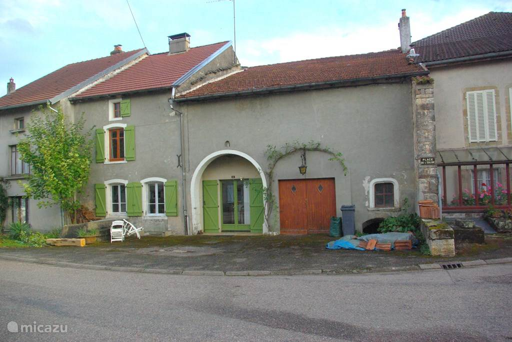 In a small village, St.Julien, in the hilly landscape of the Low Vosges, our spacious semi-detached farmhouse. There is ample space for 14 people.