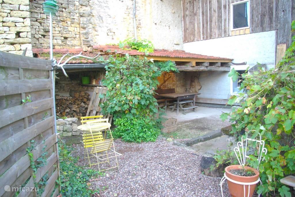 patio in de zonnige achtertuin