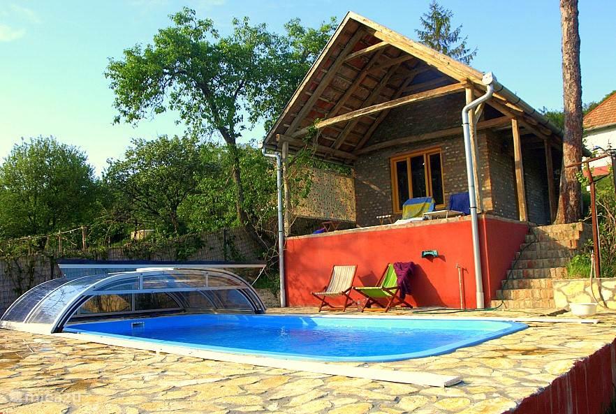 Groot zwembad, lekker warm door de overkapping. Met verlichting en uitzicht op het woud waar herten lopen