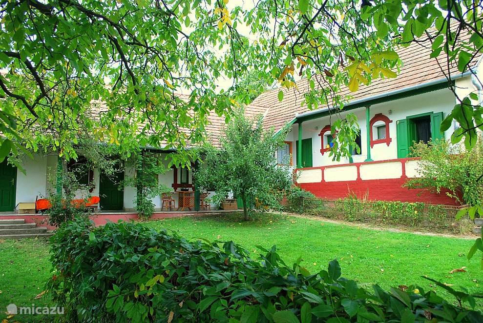 In de ruime, moderne woonboerderij zijn 4 ruime slaapkamers. Door de dikke muren is het in de zomer koel en in de winter lekker warm
