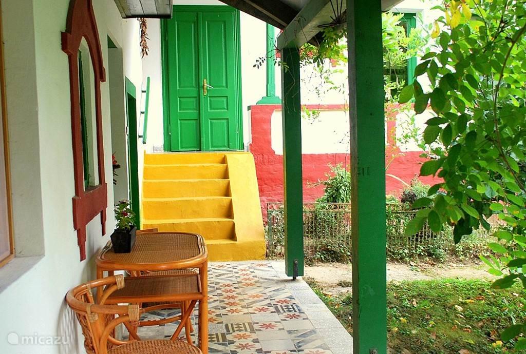 De 100-jarige woonboerderij is opgeknapt en gemoderniseerd, maar heeft de authentieke Hongaarse sfeer behouden