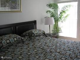 Slaapkamer 1 met king size (heel groot!) bed, grenzend aan badkamer 1