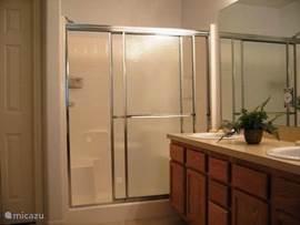 Badkamer 1 met douche en apart toilet