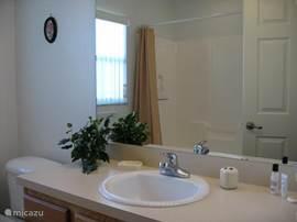 Badkamer 2 met ligbad en douche, gelegen tussen 2 slaapkamers