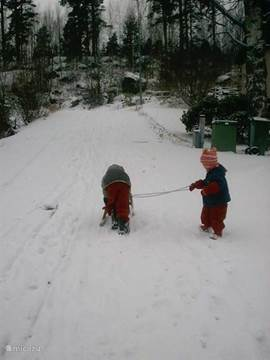 Sneeuwpret naast het huis...