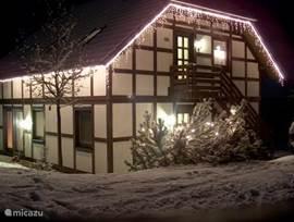 kerst in Frankenau met sfeerverlichting aan de woning